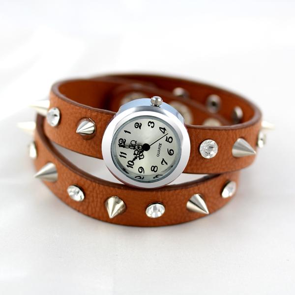 Длинная колючий заклёпка кожа обмотка кварцевый часы девять цвет женщины платье часы браслет часы