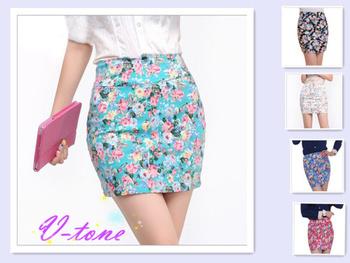 Короткая юбка облегающего фасона с ярким цветочным принтом. Средняя высота талии. ...