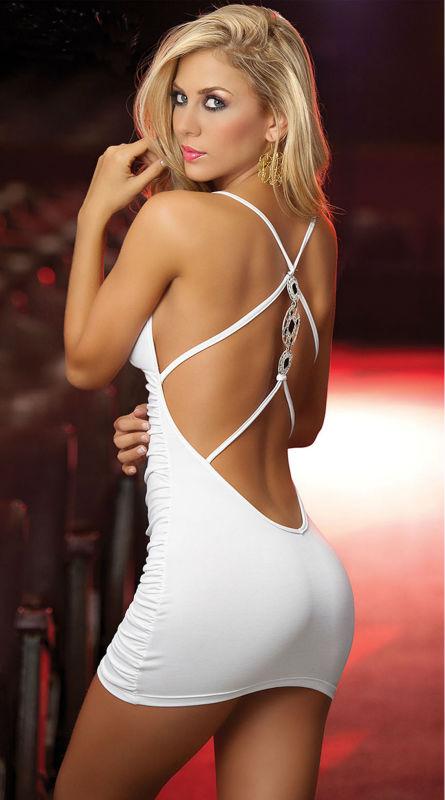 Гламурная блондинка в коротком кожаном платье танцует перед зеркалом