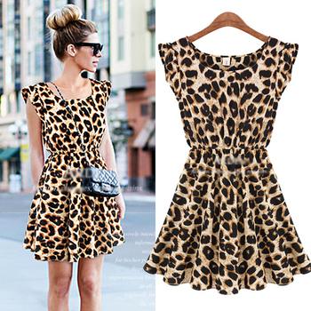 Легкое приталенное шифоновое платье с плиссерованной юбкой, круглым вырезом и леопардовым ...