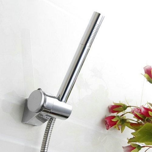 tondo cromato ottone tenuto in mano soffione doccia