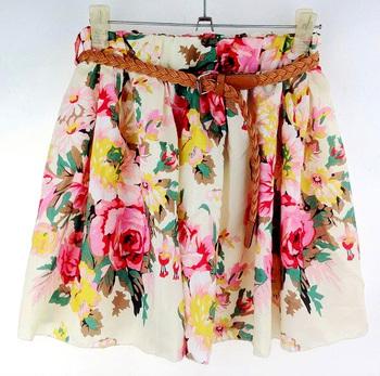 Шифоновая юбка свободного кроя, выше колен, с плетеным ремешком.