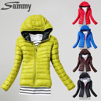 Пуховая куртка с капюшоном на молнии, с эластичной линией низа и краем рукавов.